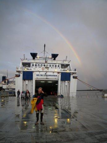 L'arcobaleno corona la nave Laurana in partenza per le Eolie