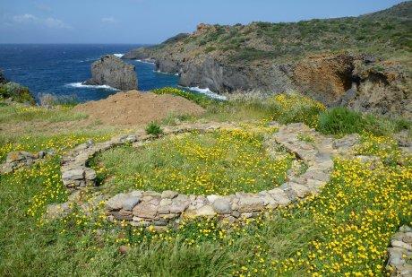 Panarea punta Milazzese - resti di capanna del Villaggio Preistorico