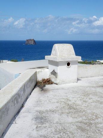 Strombolicchio da un tetto di Stromboli