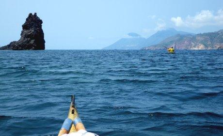 Faraglione di Ponente con la costa di Lipari sullo sfondo e i monti di Salina