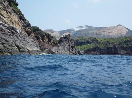 La costa occidentale di Vulcano e il Gran Cratere fumante