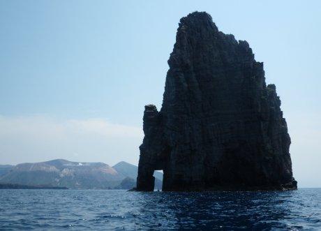 Lipari, il Faraglione di Pietralunga - Vulcano sullo sfondo