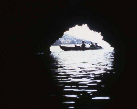 kayak doppio con Roberta, Aldo e il cane Lilli all'ingresso della grotta
