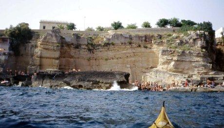 la splendida e affollata scogliera di Santa Cesarea
