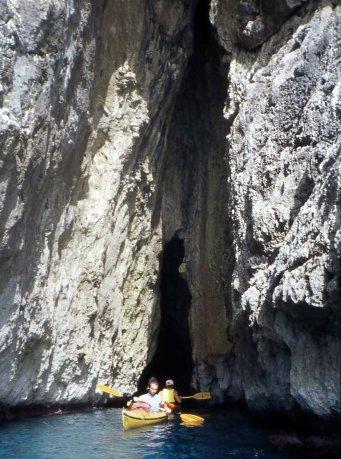 Grotta e scogliere a levante