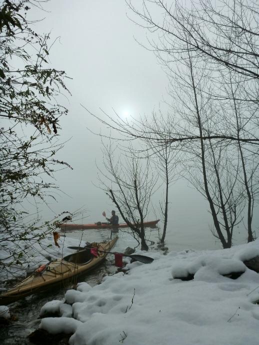 Nel nebbioso silenzio del Summo Lacu, soli con noi stessi ma in compagnia della natura.