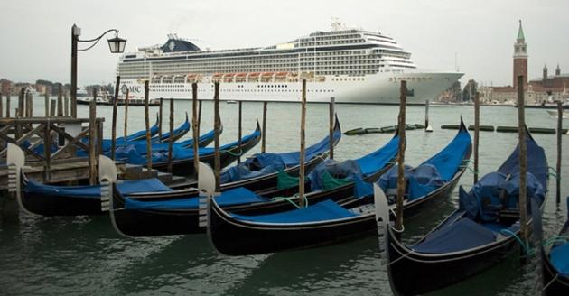 Venezia, gondole e grandi navi – http://www.flickr.com/photos/marcomil/