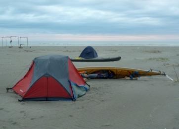 bivacco all'alba, con pioggia, sulla spiaggia dello Scanno del Burcio