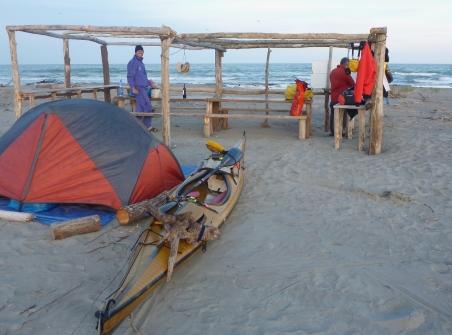 Preparativi di cena alla spiaggia del Bonello Bacucco